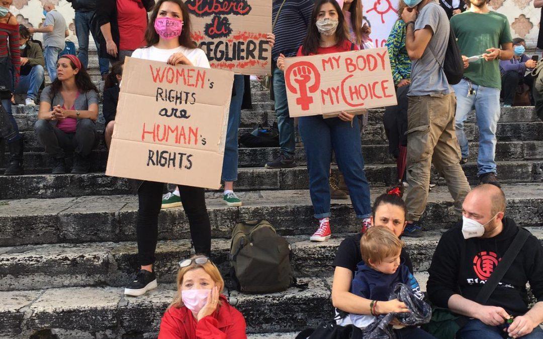 Aborto e legge 194: le fake news delle mozioni proposte dagli attivisti no-choice nei consigli comunali
